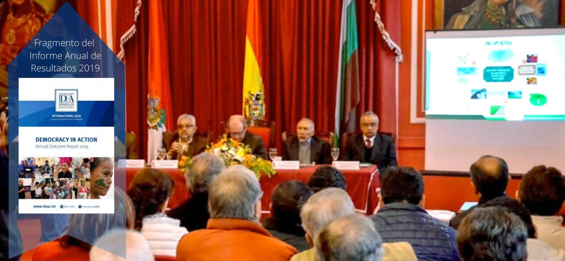 Panelistas y asistentes discutiendo el desarrollo en Tarija, en presencia del gobernador.