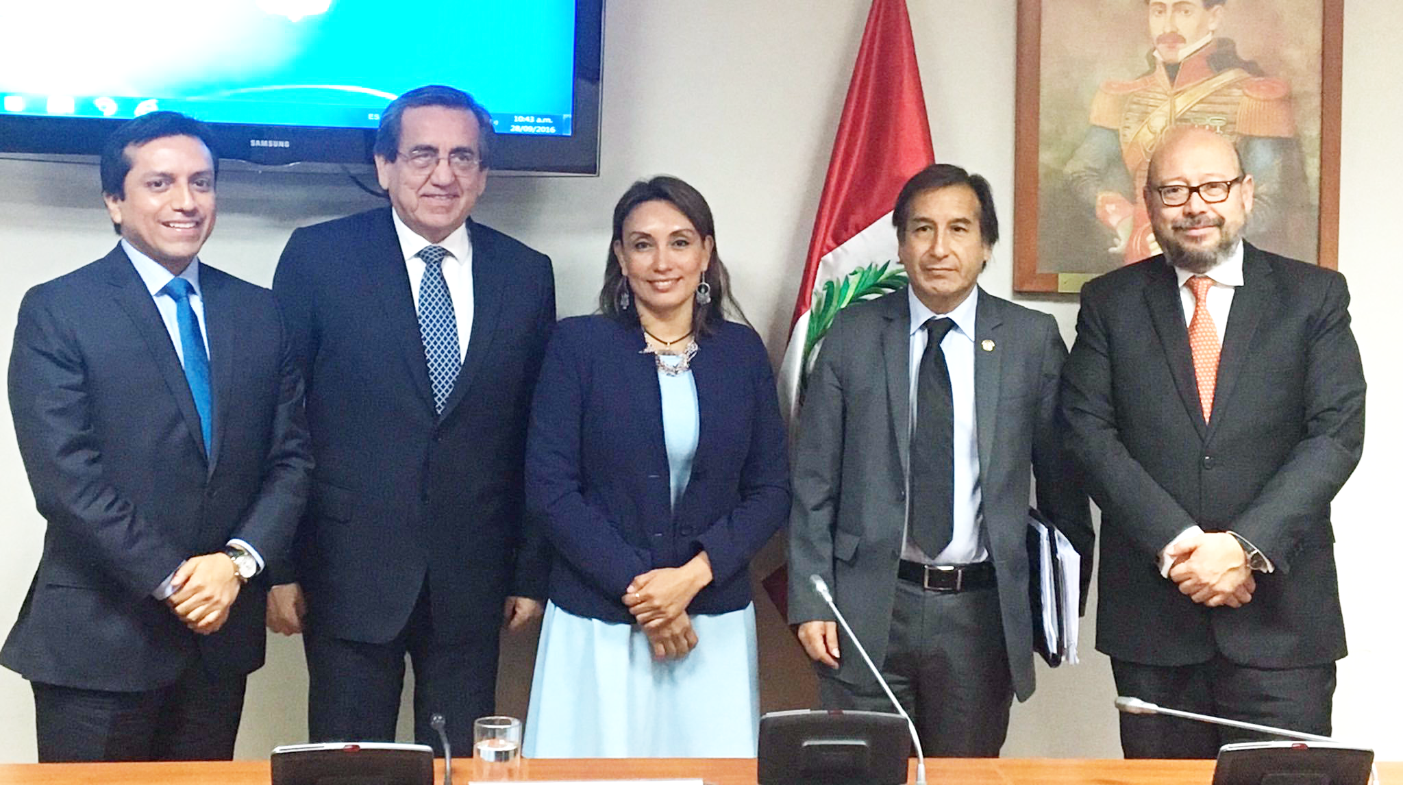Multi-part working group in charge of elaborating an electoral reform proposal. From left to right: Gilber Violeta (Peruanos Por el Kambio); Jorge del Castillo (Partido Aprista Peruano);Patricia Donayre (delegate of Fuerza Popular and President of the working group); Mario Canzio (Frente Amplio); and Percy Medina, Head of Mission, International IDEA Peru. Photo credit: International IDEA