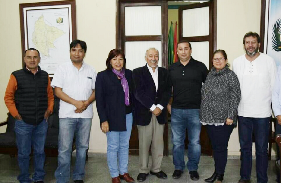 "Inception Meeting of the Project ""Leadership of Women and Strengthening of Departmental Public Management: Planning Secretary Officer of Beni Regional Government, Wilder Molina (3rd L) , International IDEA Consultant, Yerko Rodríguez (2 nd L), Regional Government of Beni - Environment Secretary Officer, Ingrid Zabala (L), Senior Advisor of International IDEA, Alfonso Ferrufino (C), Governor of Beni Regional Government, Alex Ferrier (R), Programme officer of international IDEA, Carolina Floru (2nd R) and"