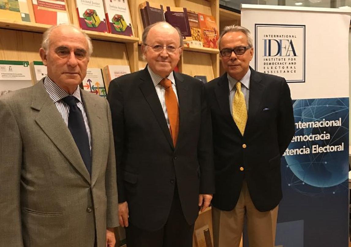 Ambassador of Peru, Hon. Mr Jorge Valdez (center) with Dr Daniel Zovatto, Regional Director-LAC (right), and Mr Sergio Bitar (left), at International IDEA´s regional headquarters in Chile. Photo credit: International IDEA.