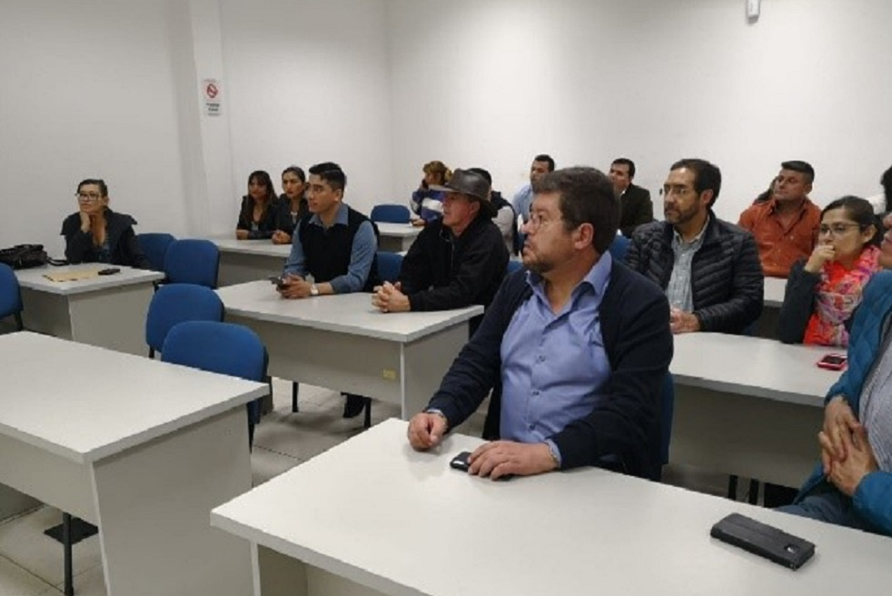Autoridades departamentales y miembros del partido pol{itico UN, atendiendo a la presentaci{on de la propuesta de juventudes