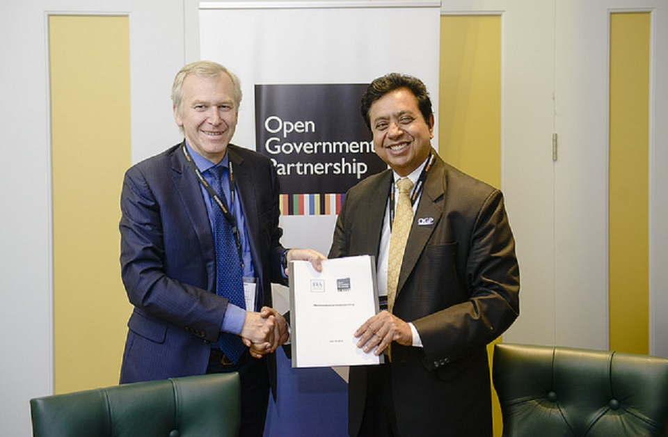 International IDEA Secretary-General Yves Leterme (left) and Open Government Partnership CEO Sanjay Pradhan following an MoU signing on 18 July 2018.  Photo credit: Open Government Partnership ( all rights reserved OGP).