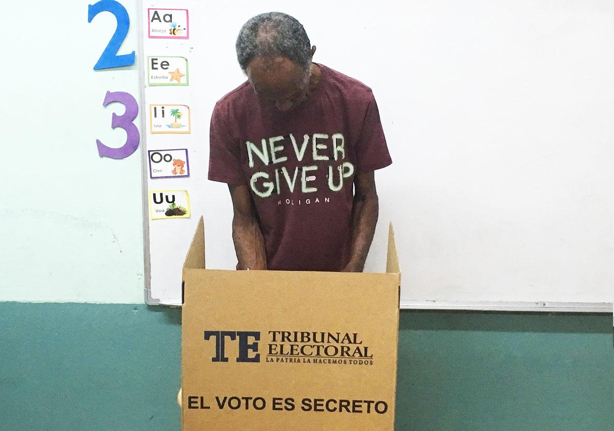 Elector emitiendo su voto el día de la elección. Foto: Miguel Angel Lara Otaola (IDEA Internacional)