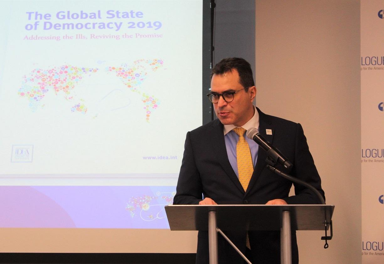 Dr Kevin Casas-Zamora, Secretario-General de IDEA Internacional durante el lanzamiento del Informe sobre el Estado Mundial de la Democracia 2019 en Washington, DC. el 13 de diciembre de 2019. Crédito de la imagen: Diálogo Interamericano.