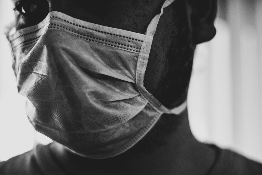 Persona con mascarilla. Portada del artículo: América Latina: Los cambios postpandemia