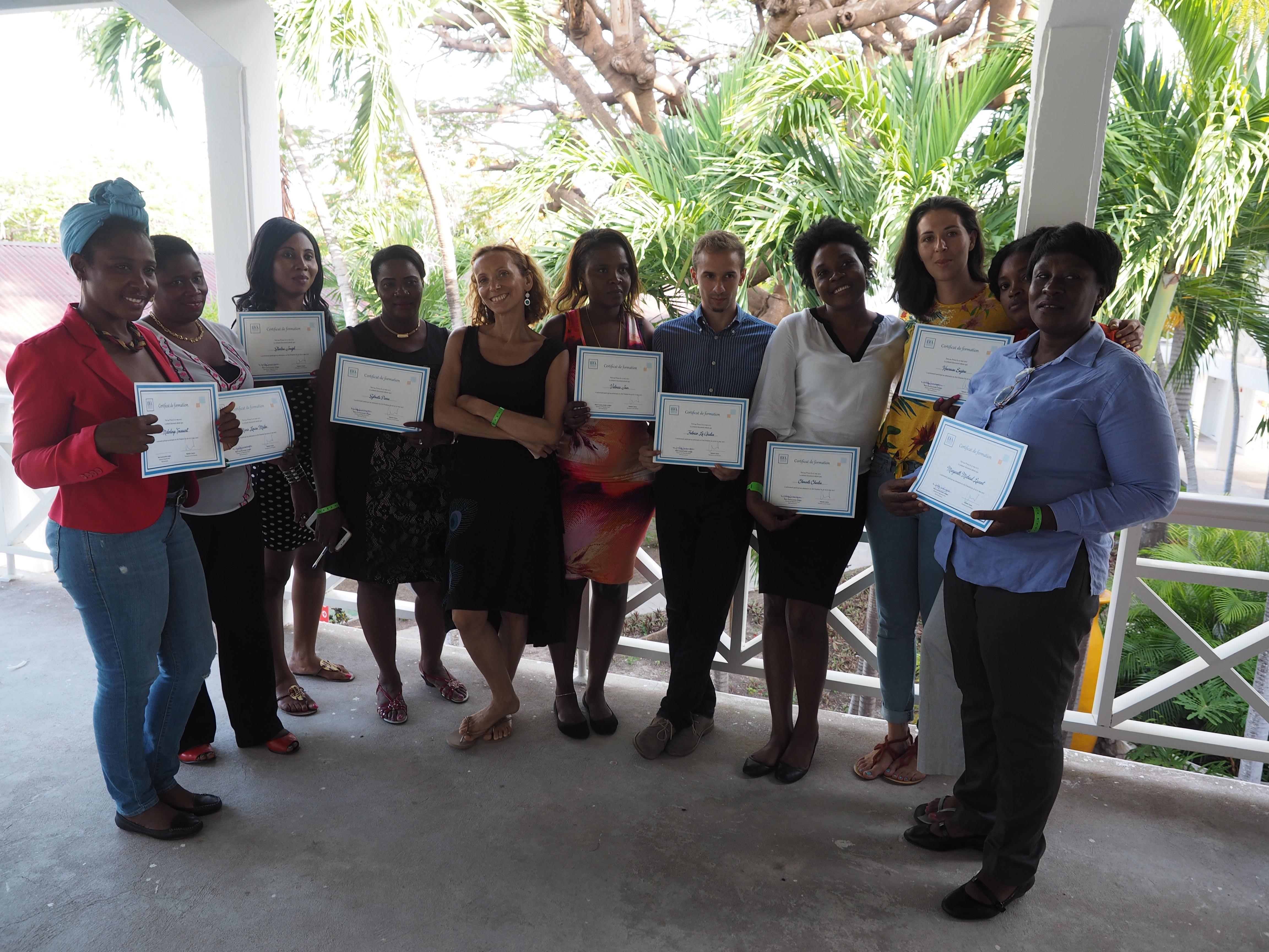 Nathalie Castera, Profesora de Oratoria y las participantes en el seminario de capacitación