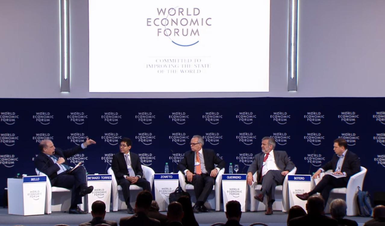 """Junto con panelistas de la sesión """"Combatiendo la corrupción: el camino hacia adelante"""" en el Foro Económico Mundial en Argentina"""