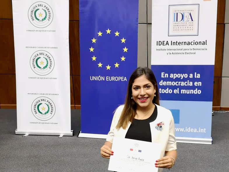 Sol Arrua sosteniendo su certificado de graduación