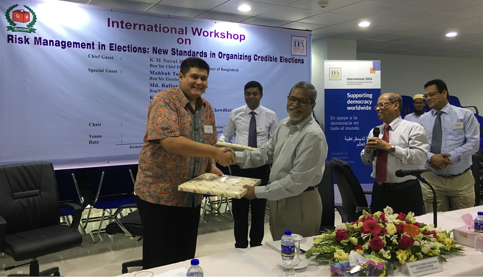 A token of appreciation from Chief Election Commissioner K. M. Nurul Huda to the International IDEA team, Dhaka, Bangladesh, 17 May 2017 [Photo: Sead Alihodzic/International IDEA]
