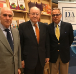 Embajada de Perú, Excmo. Sr Jorge Valdez (centro) con Dr. Daniel Zovatto, Director Regional-LAC, IDEA Internacional (derecha), y Ingeniero Sergio Bitar (izquierda) en la Oficina Regional de IDEA Internacional en Chile.(Crédito foto: IDEA Internacional)