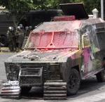 Vehiculo anti-motín transformado por los manifestantes