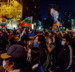 Chilenos en la calle durante manifestaciones nocturnas