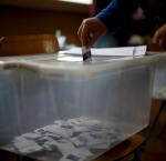 Voto en una urna de plástico