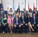 Dr Daniel Zovatto, Director Regional para América Latina y el Caribe de IDEA Internacional (derecha sentado); junto a representantes de los Órganos Electorales del MERCOSUR; ONU; Human Rights Watch; OEA y otros expertos internacionales.