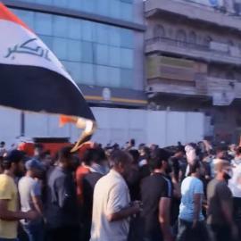 متظاهرون يطلقون الشعارات أثناء تشييع عبد السلام فتحي سليم