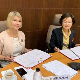From left: Leena Rikkila Tamang and Gasinee Wittonchart sign the MoU. Image credit: International IDEA