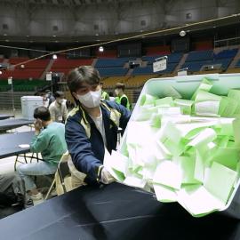 Mesa electoral en Corea 2020 donde oficiales electorales manipulan boletas