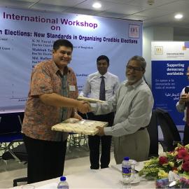 A token of appreciation from Chief Election Commissioner K. M. Nurul Huda to International IDEA team, Dhaka, Bangladesh, 17 May 2017 [Photo: Sead Alihodzic/International IDEA]